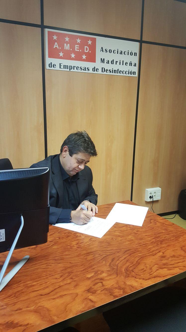 Convenio firmado por el presidente de AMED con Nationale Nederlanden